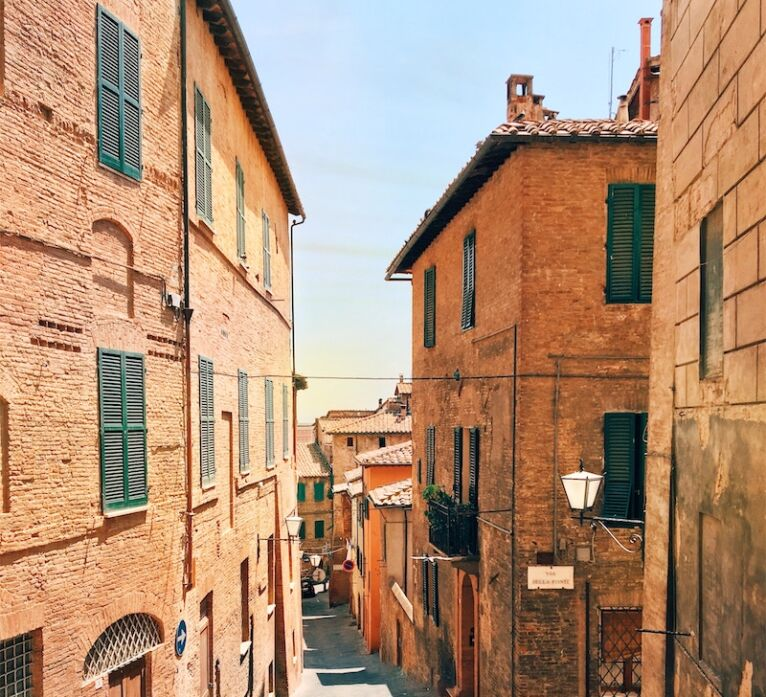 tour of secret Siena: tiny streets