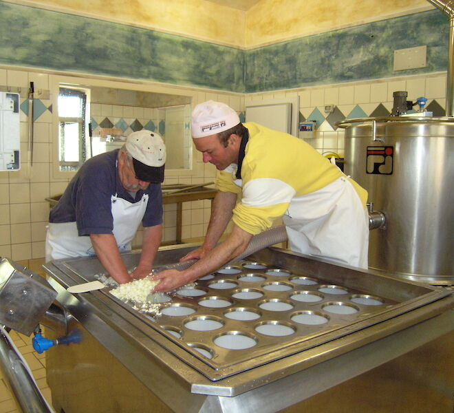 cheese tasting in Tuscany: cheese making in Pienza